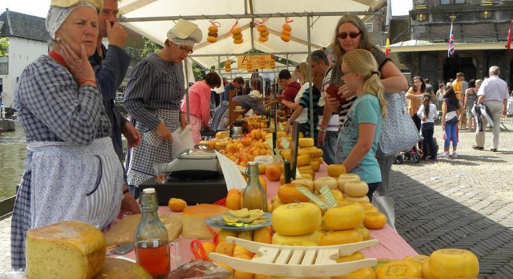 Vrouw die kaas verkoopt op de kaasmarkt in Alkmaar