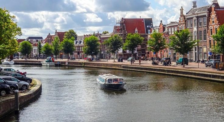 Grachten met rondvaartboot in Haarlem