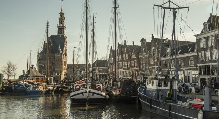 Oude VOC schepen in de haven van Hoorn